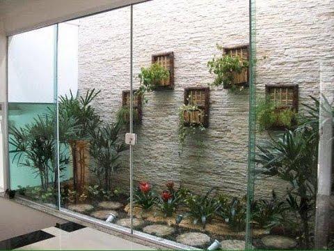 Tiểu cảnh khô được ngăn cách với không gian bên trong bởi ô cửa kính trong suốt