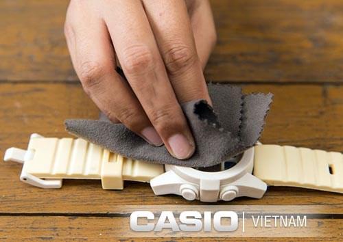 Lau sạch mặt kính bằng khăn mềm để giữ được tính thẩm mỹ cho sản phẩm
