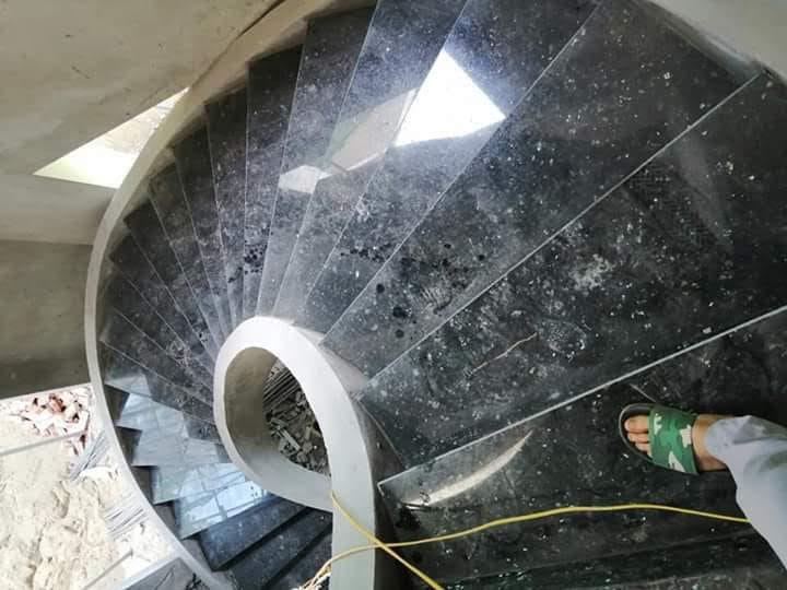 Mẫu đá ốp cầu thang đen xà cừ