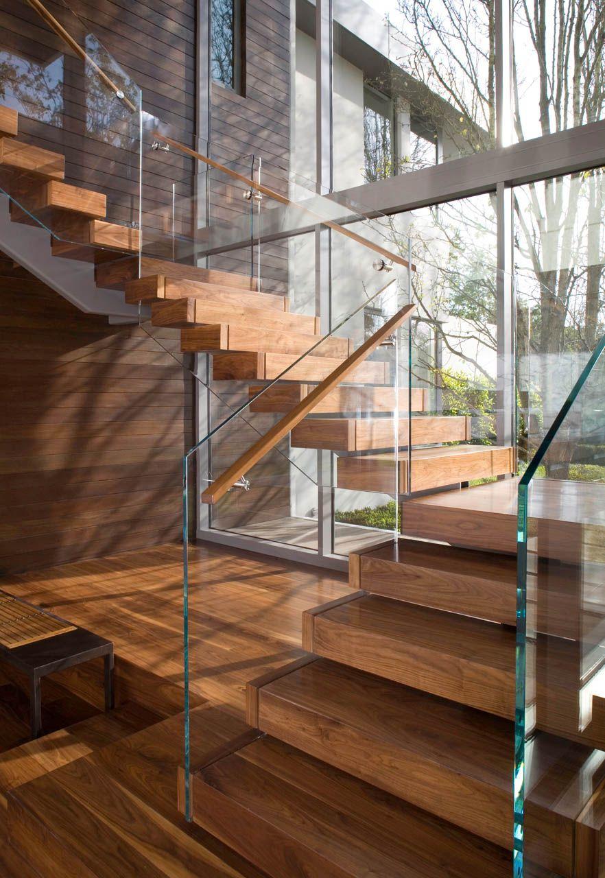 Mẫu cầu thang gỗ đẹp kết hợp với lan can kính hiện đại