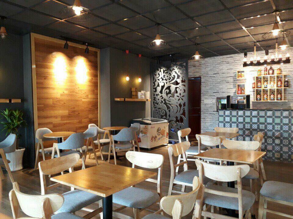 Bàn ghế cafe gỗ Mango giúp người ngồi thoải mái khi tựa lưng