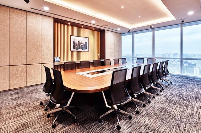 Phòng họp có gam màu nâu xám sang trọng