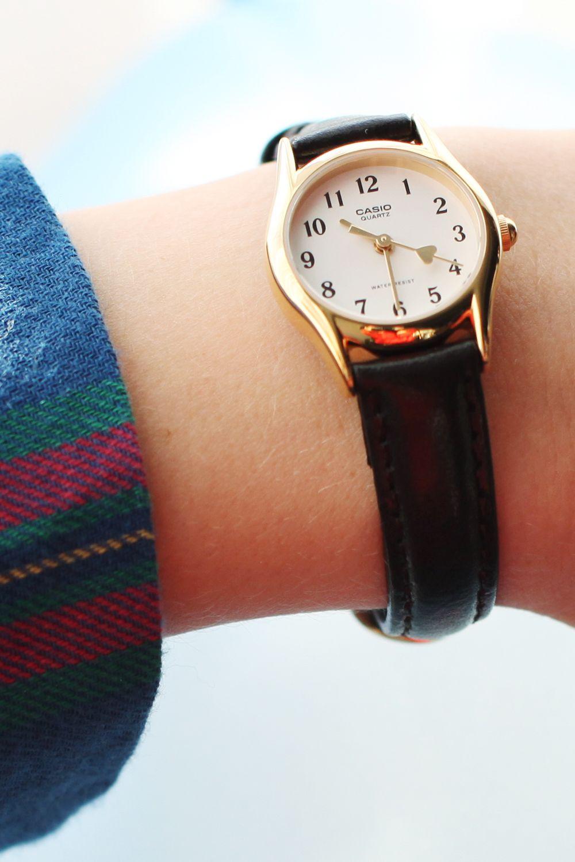 Bạn cần thay dây da cho đồng hồ khi cần thiết và phải đến các trung tâm uy tín