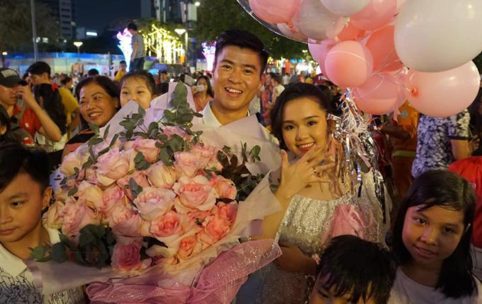 Đội tuyển bóng đá Việt Nam: người về nước, người cầu hôn bạn gái hotgirl