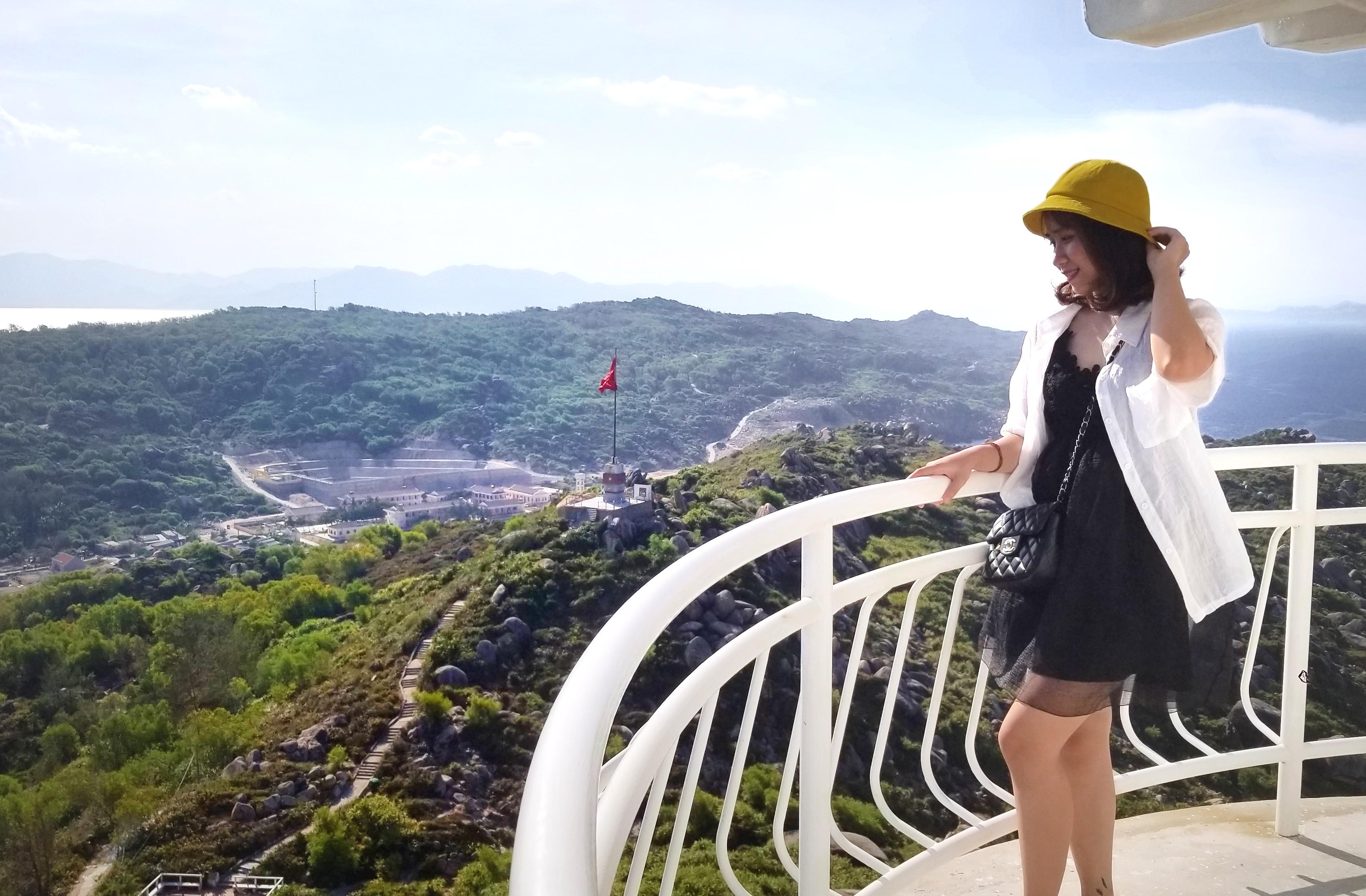 Du khách chụp hình trên đỉnh ngọn hải đăng Cù Lao Xanh