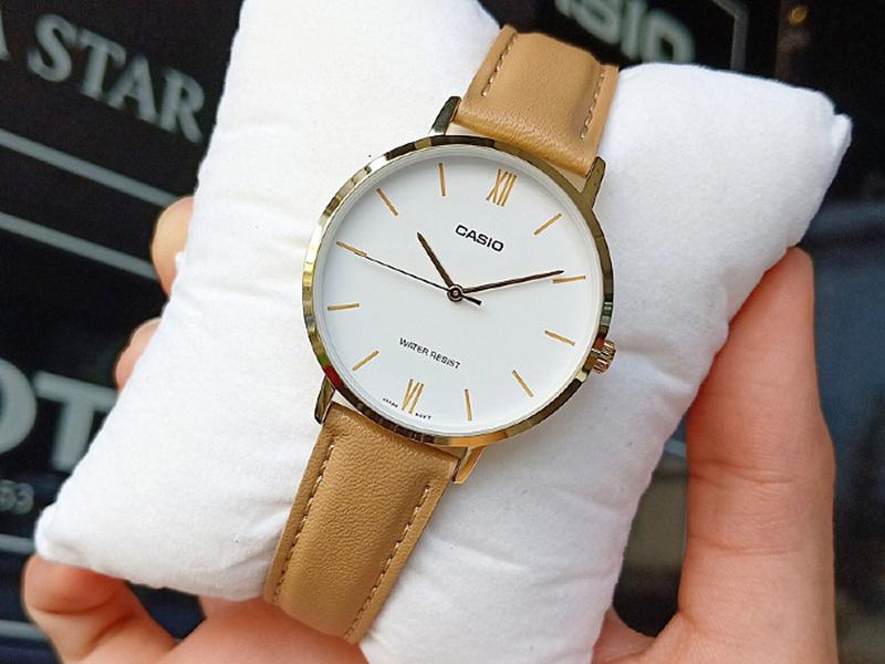Đồng hồ dây da là lựa chọn phù hợp với phụ nữ trung tuổi