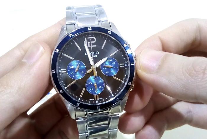 Đồng hồ đeo tay thể hiện sự chuyên nghiệp.
