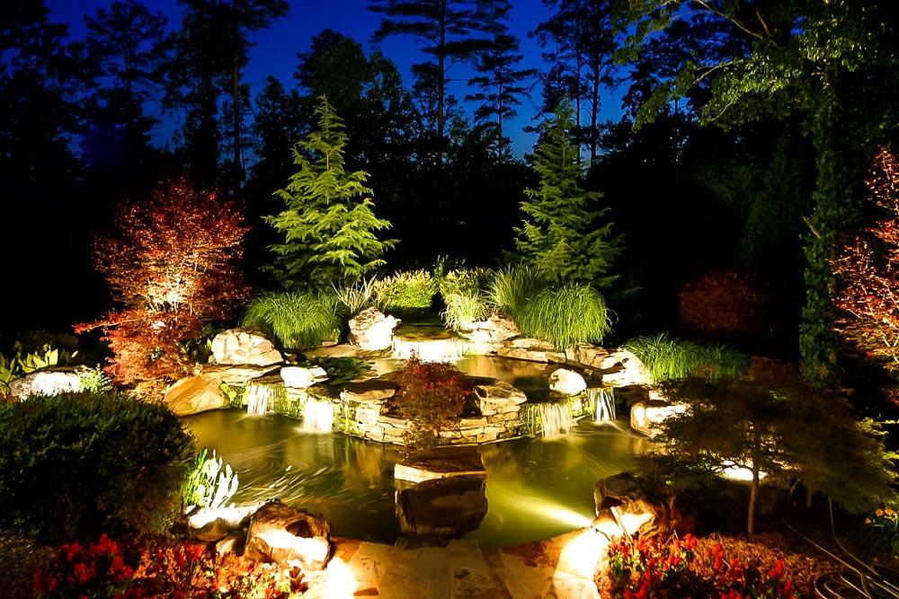 Sử dụng ánh sáng nhân tạo để nổi bật tiểu cảnh sân vườn nhỏ về đêm