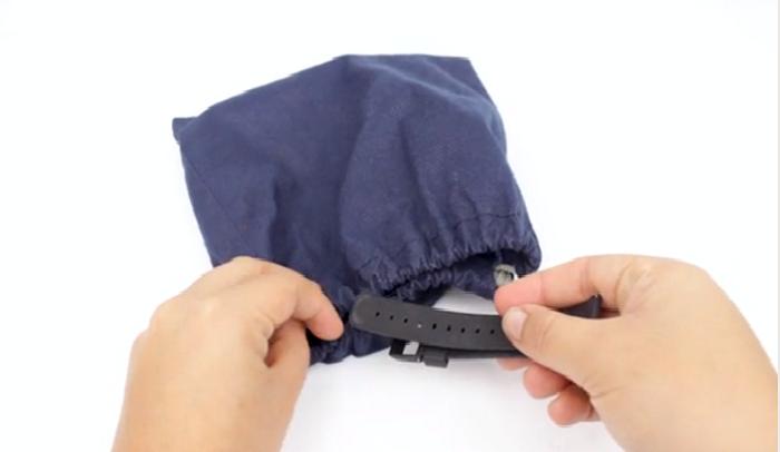 Với dây đeo bằng nhựa chính hãng, bạn có thể làm sạch nó bằng cách bỏ chúng vào túi lưới và rửa.