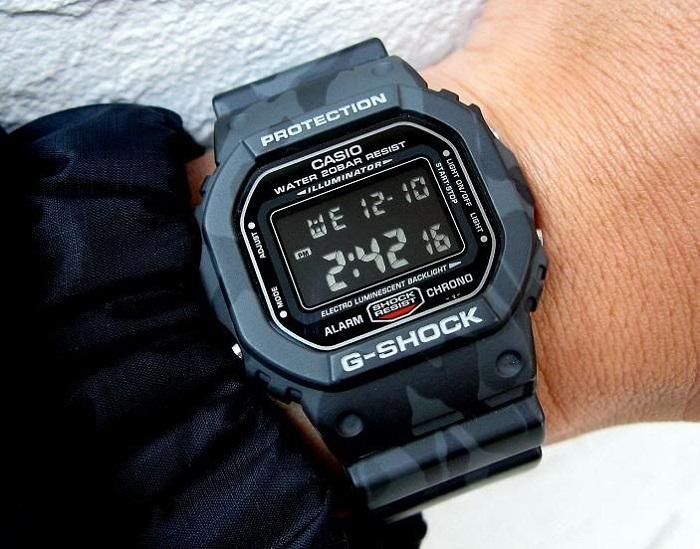 Đơn giản nhưng không kém phần thời trang là dòng đồng hồ DW-5600.
