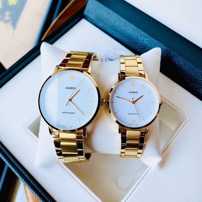 Đồng hồ đôi mặt tròn giúp bạn dễ dàng mix đồ dù là trang phục công sở hay xuống phố.