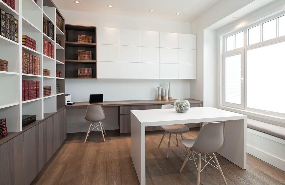 Tô điểm cho không gian với bàn làm việc màu trầm