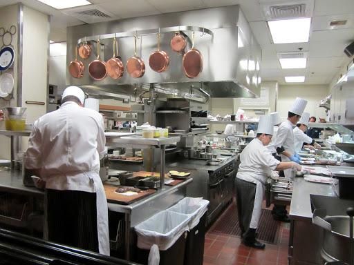 Thiết kế bếp nhà hàng chú ý sắp xếp các thiết bị hiện đại để không tốn quá nhiều diện tích