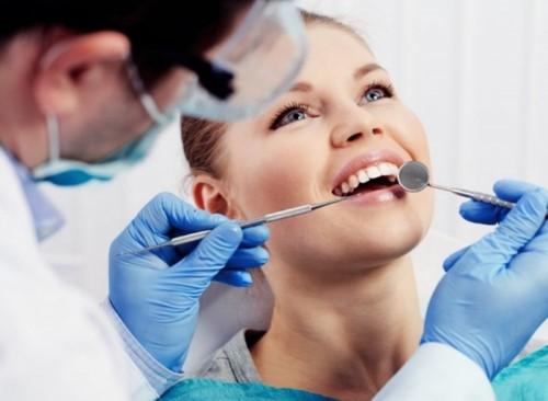 Vệ sinh khoang miệng trước khi tiến hành làm cầu răng sứ