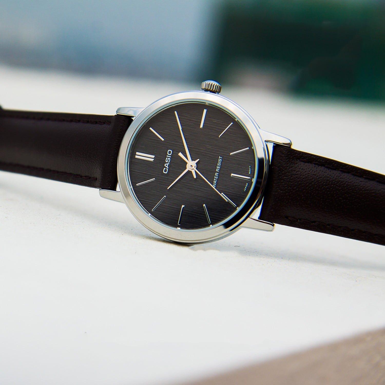 Đồng hồ nữ Casio dây da có thiết kế đa dạng.
