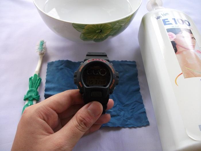 Để vệ sinh đồng hồ, bạn có thể dùng nước tẩy rửa nhẹ hoặc sữa tắm.